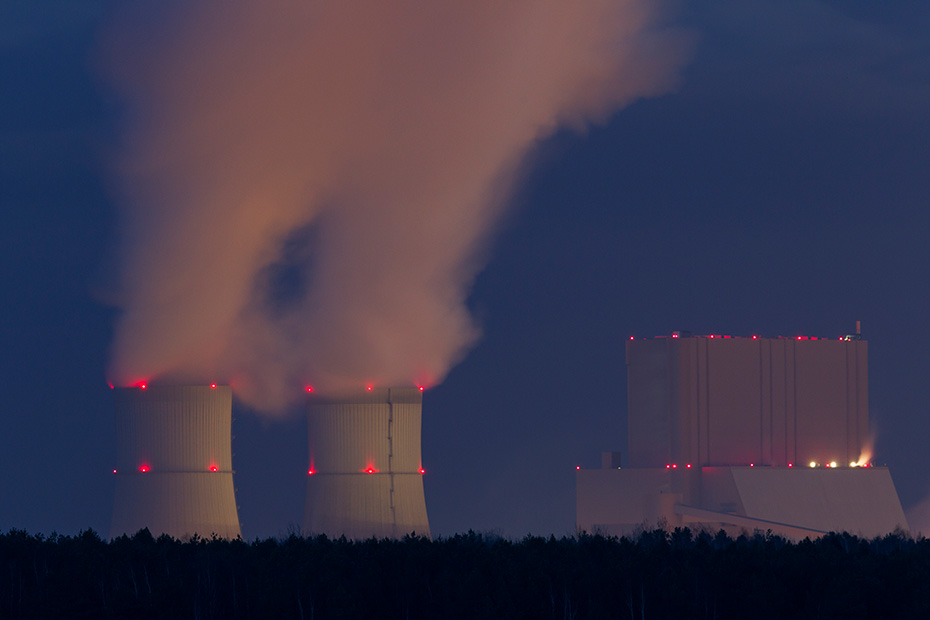 Kuehltuerme eines Kohlekraftwerks bei Nacht, Braunkohlekraftwerk Schwarze Pumpe  -  Sachsen, Cooling towers from a Coal-fired Power Station at night